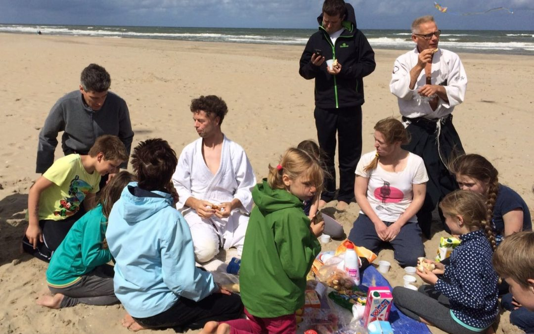 Aikido-jeugd op het strand